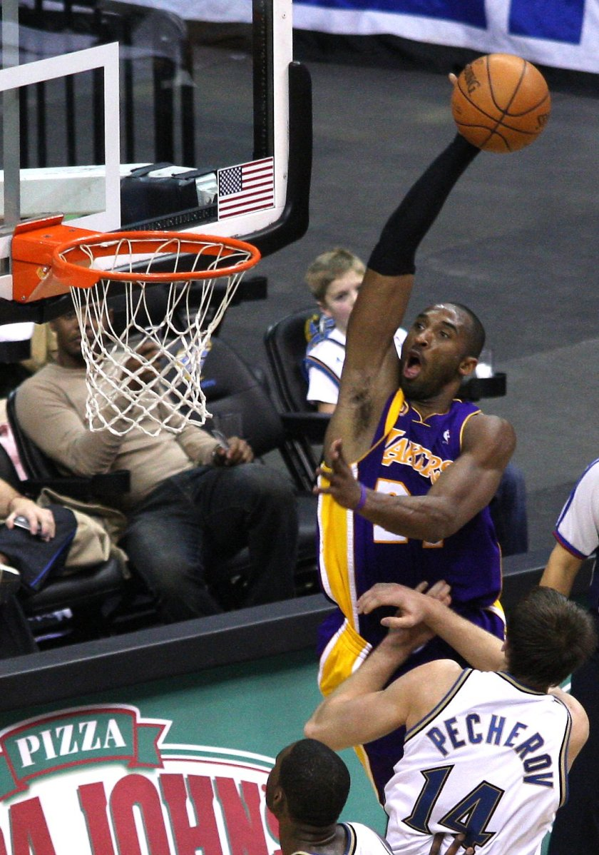 Bryant_about_to_dunk_2008